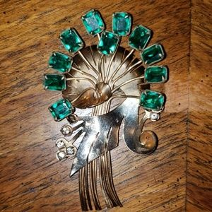 Jewelry - Vintage brooch gold tone metal w/green stones #124